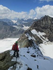 Contemplando la arista rocosa desde el inicio de la pala de nieve