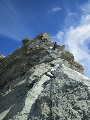 Javi en plena escalada y al fondo la cumbre. Ya estamos ahí